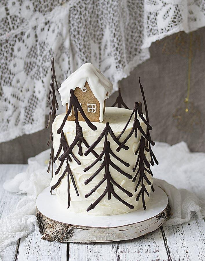 Zwarte boscake, Schwarzwald-pastei, donker chocolade en kersendessert op houten achtergrond Nieuwjaar of Kerstmis verfraaide cake royalty-vrije stock foto's