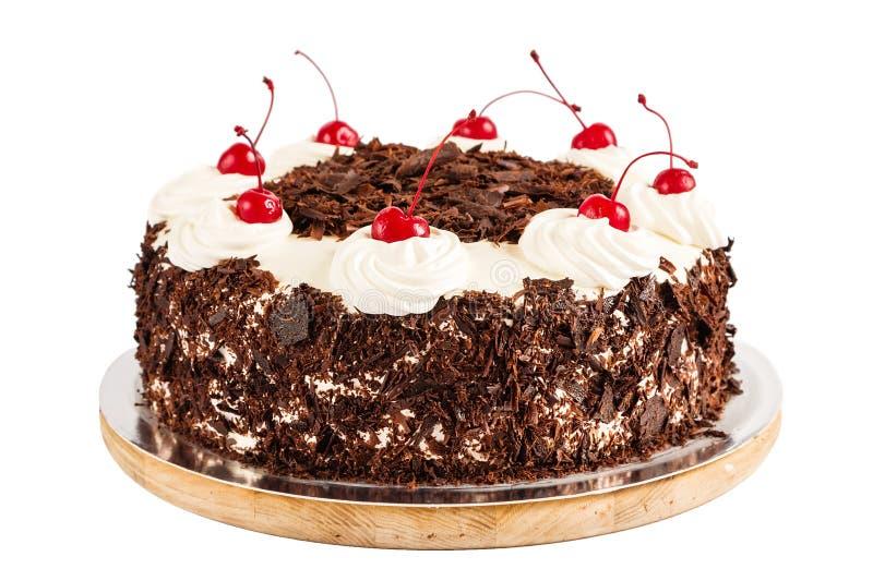 Zwarte bosdiecake met slagroom en kersen wordt verfraaid royalty-vrije stock afbeelding