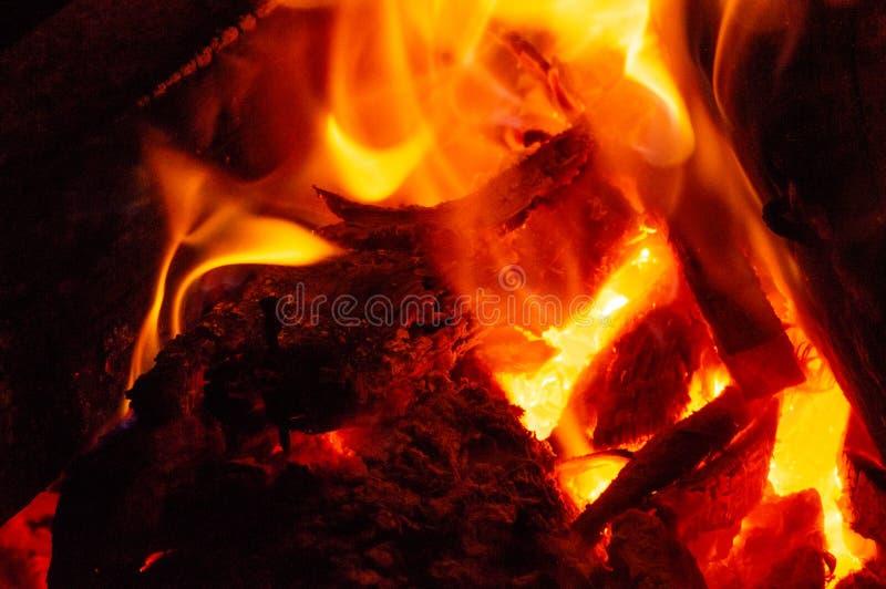 Zwarte brand in de duisternis stock foto's