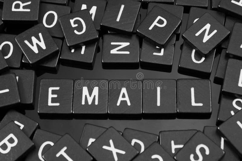 Zwarte brieventegels die het woord & x22 spellen; email& x22; stock afbeeldingen