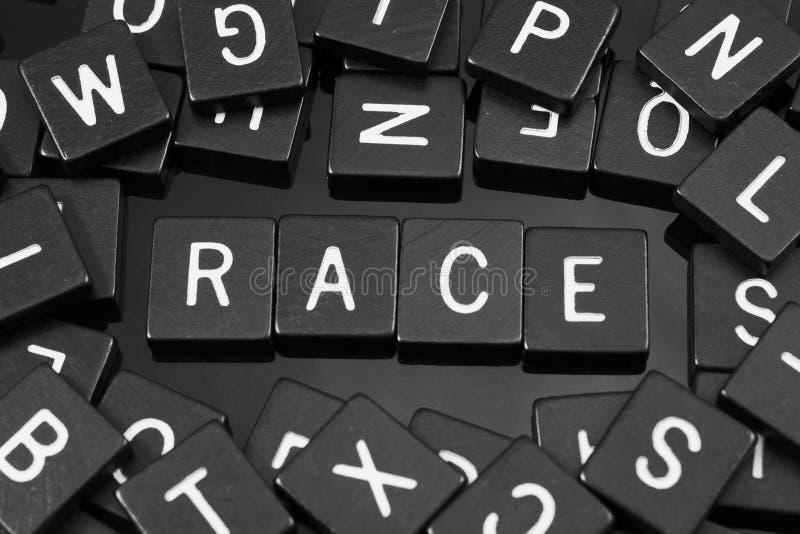 Zwarte brieventegels die het woord & x22 spellen; race& x22; stock afbeeldingen