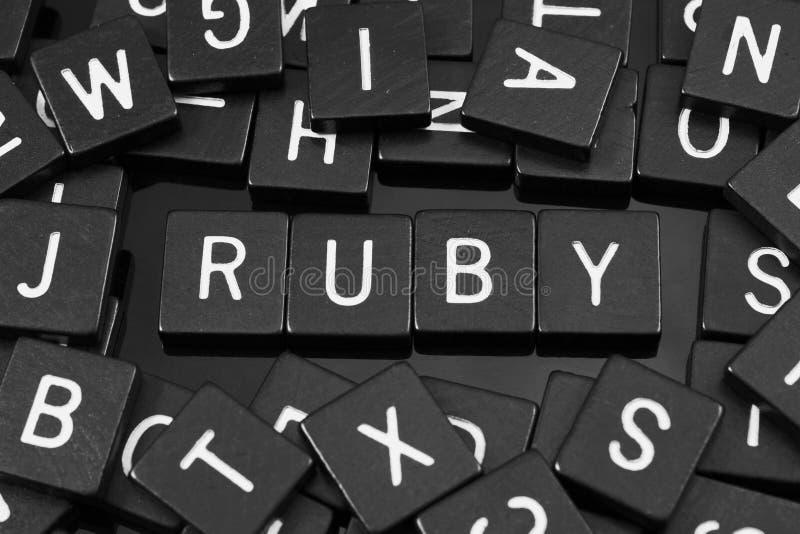 Zwarte brieventegels die het woord & x22 spellen; ruby& x22; stock afbeelding