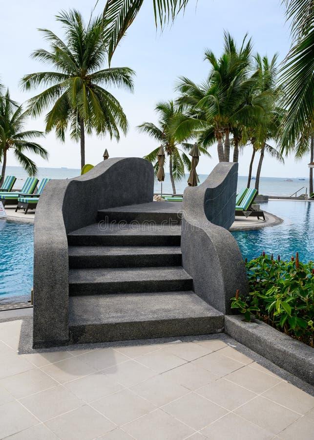 Zwarte brug met treden over de pool in palmtuin royalty-vrije stock foto's