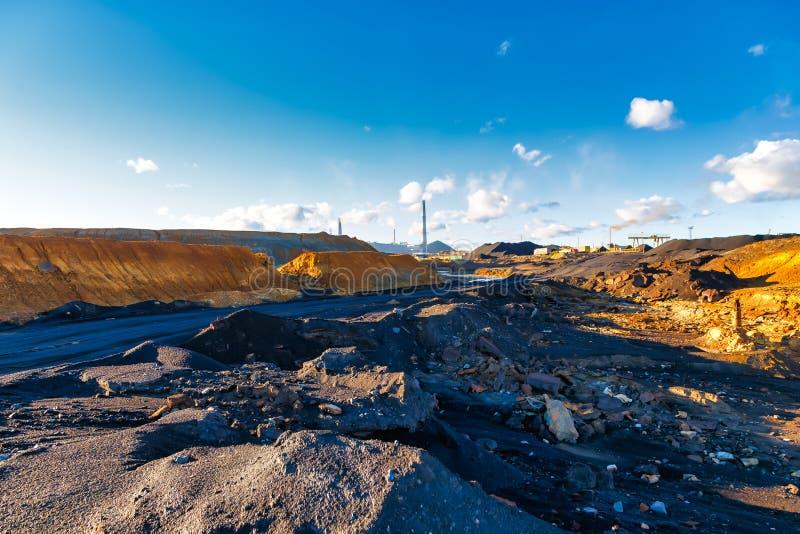 Zwarte bruine rode gele giftig afvalfabriek Grond en milieuvervuiling Milieu ramp royalty-vrije stock foto's