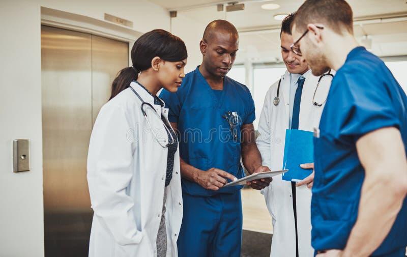 Zwarte chirurg die instructie geven aan medisch team stock afbeelding