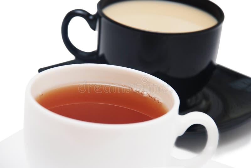 Zwarte coffe en witte theekoppen royalty-vrije stock afbeeldingen