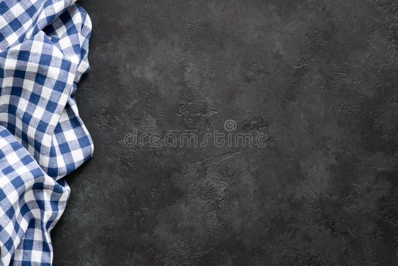 Zwarte concrete achtergrond met blauwe geruite textiel royalty-vrije stock foto