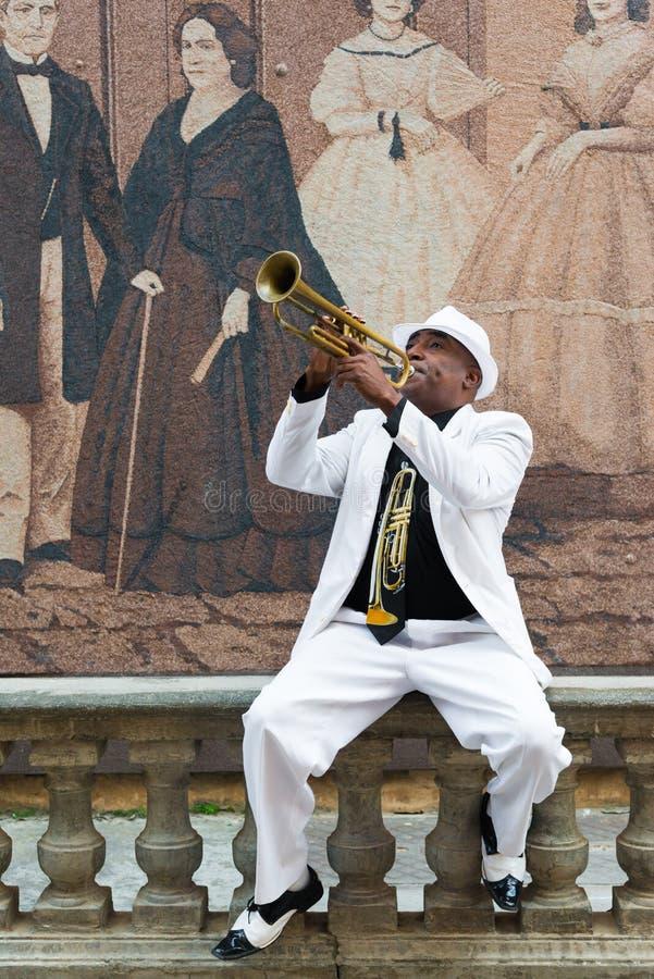 Zwarte Cubaanse musicus die de trompet spelen royalty-vrije stock afbeeldingen
