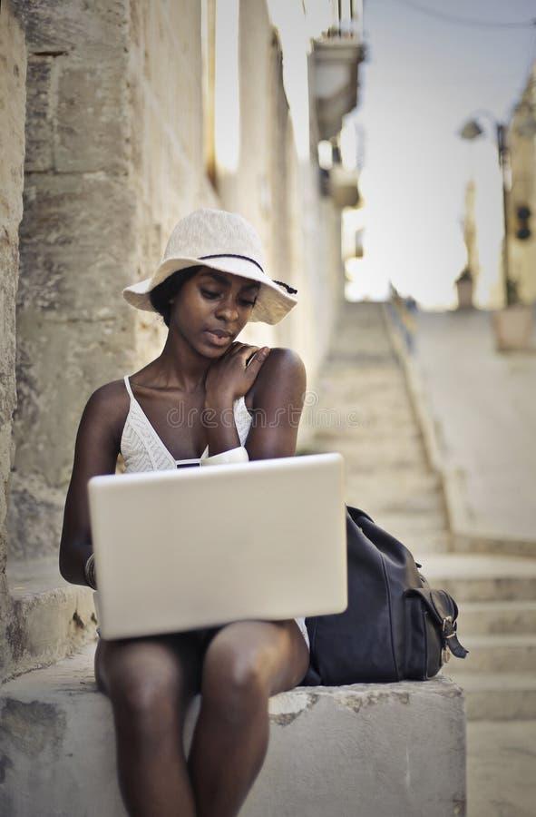 Zwarte dame in hoed stock foto's