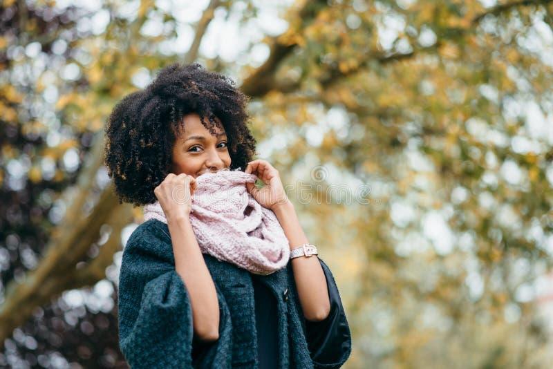 Zwarte in de herfst koude dag bij het park royalty-vrije stock foto's