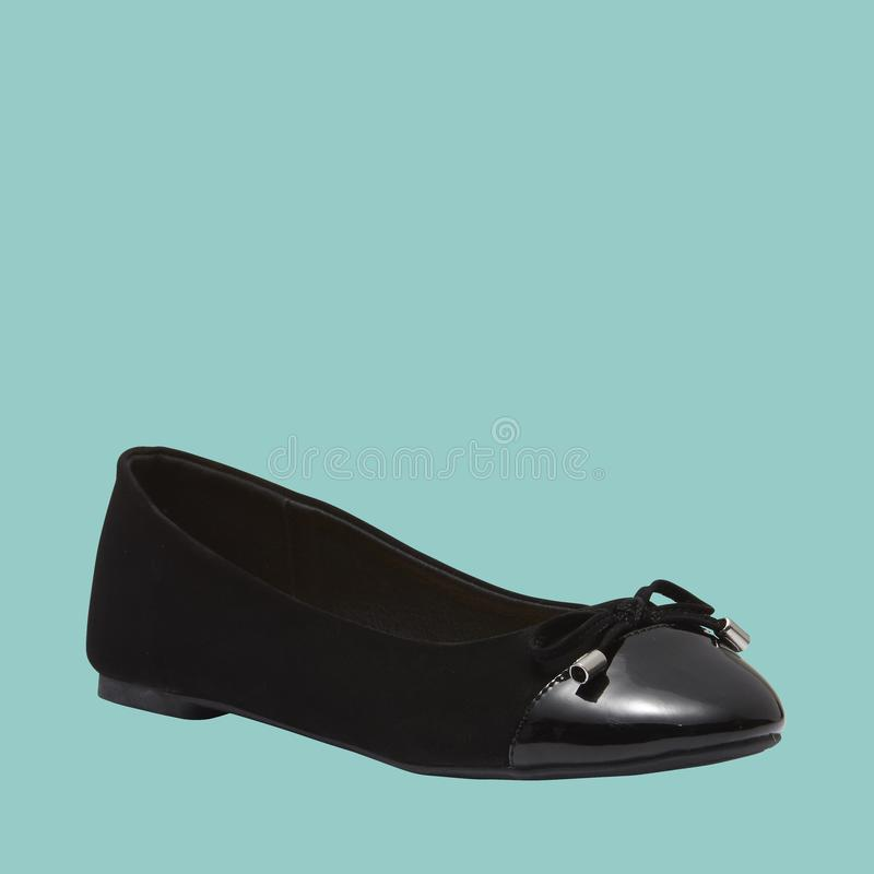 Zwarte de modieuze dames vlakke schoen van het kleurenleer stock afbeelding