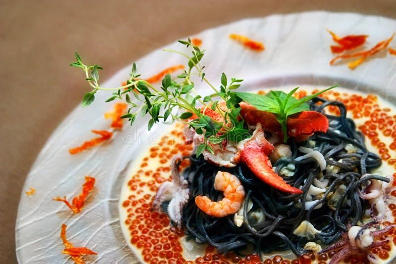Zwarte deegwaren met zeekreeft royalty-vrije stock fotografie