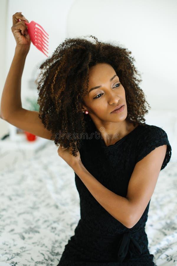 Zwarte die de kam van het afrohaar gebruiken royalty-vrije stock foto's
