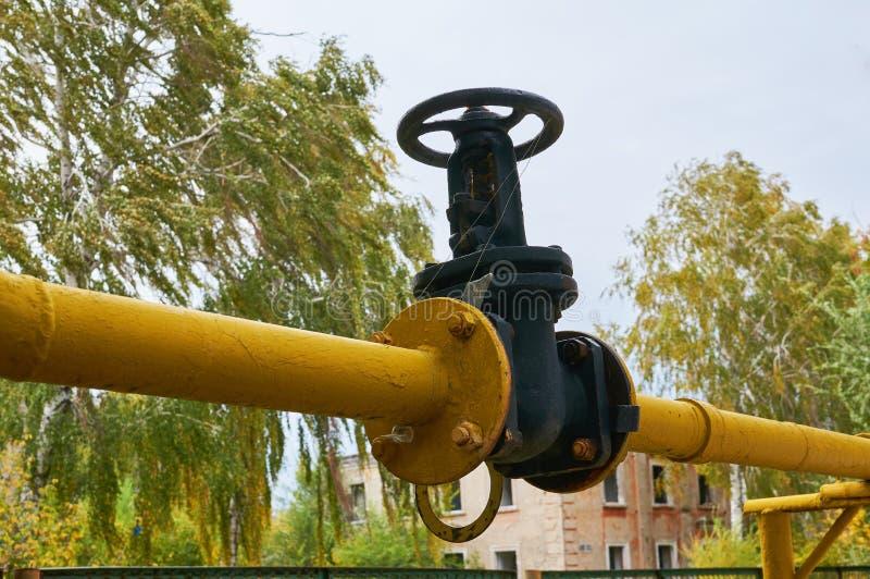 Zwarte die klep op de gaspijp in geel wordt geschilderd royalty-vrije stock foto
