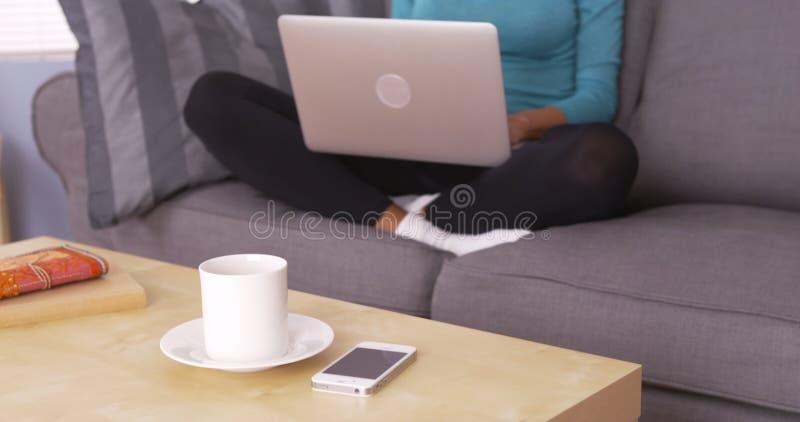 Zwarte die laptop op laag met behulp van royalty-vrije stock afbeelding