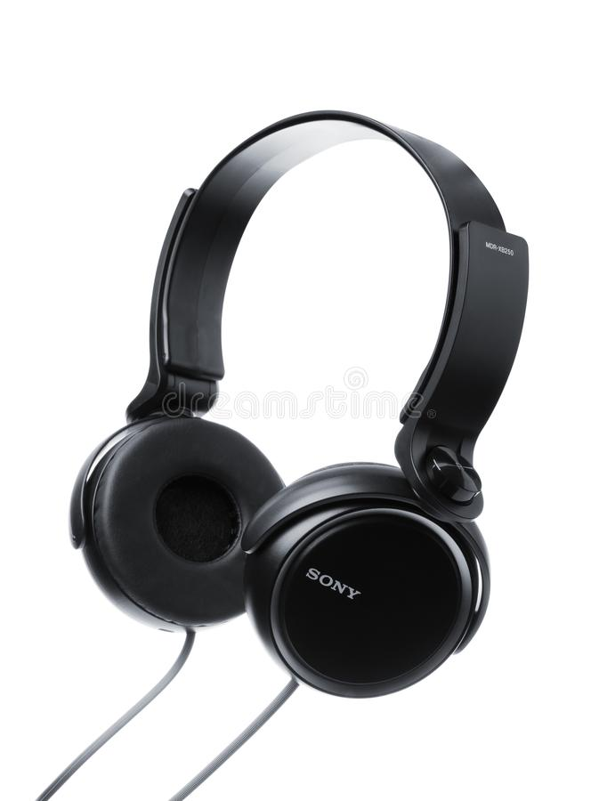 Zwarte die SONY-hoofdtelefoons op een witte achtergrond worden geïsoleerd stock afbeelding