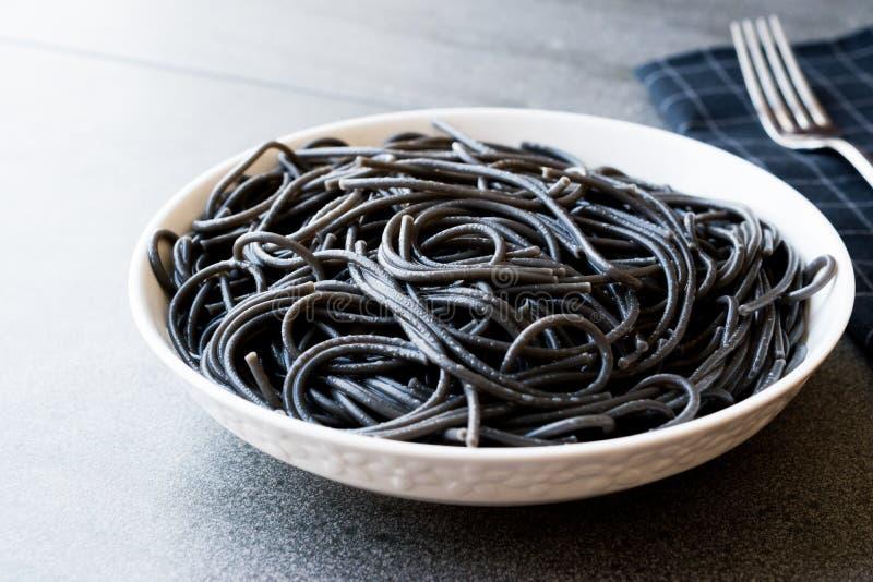 Zwarte die Spaghettideegwaren met de Inktvissen of Inkfish van de Pijlinktvisinkt op smaak worden gebracht royalty-vrije stock afbeelding