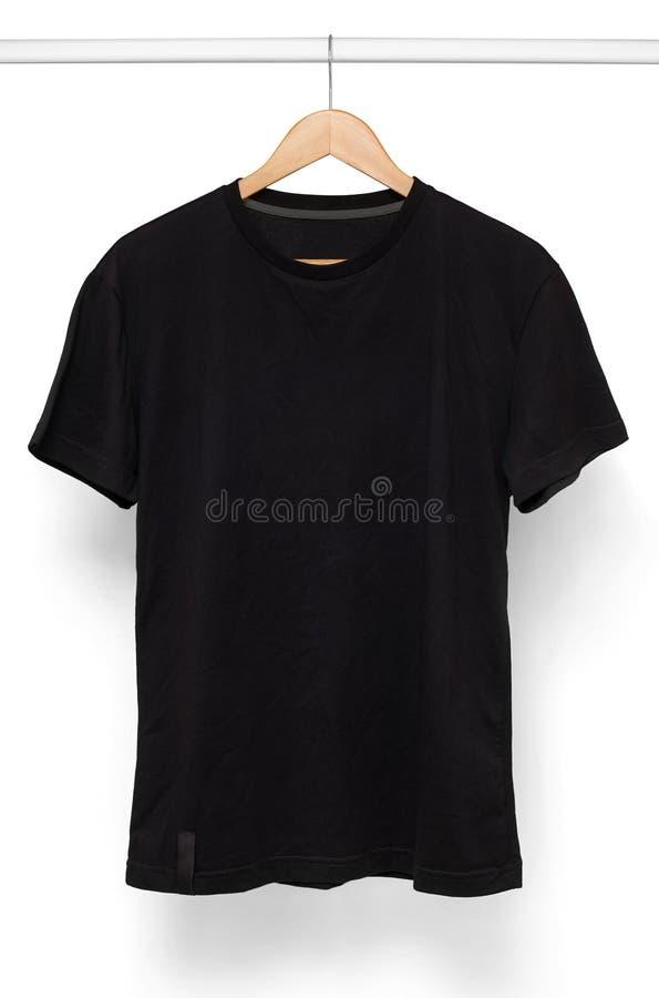 Zwarte die T-shirt met hanger wordt geïsoleerd stock afbeelding
