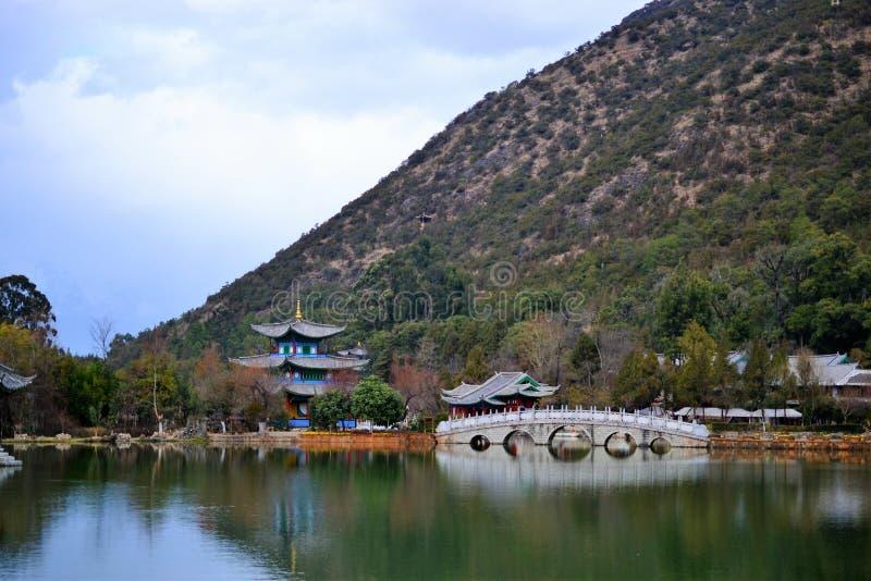 Zwarte Dragon Pool en Jade Dragon Snow Mountain, Lijiang, Yunnan, China Heilongtan Yulong Xueshan stock foto's