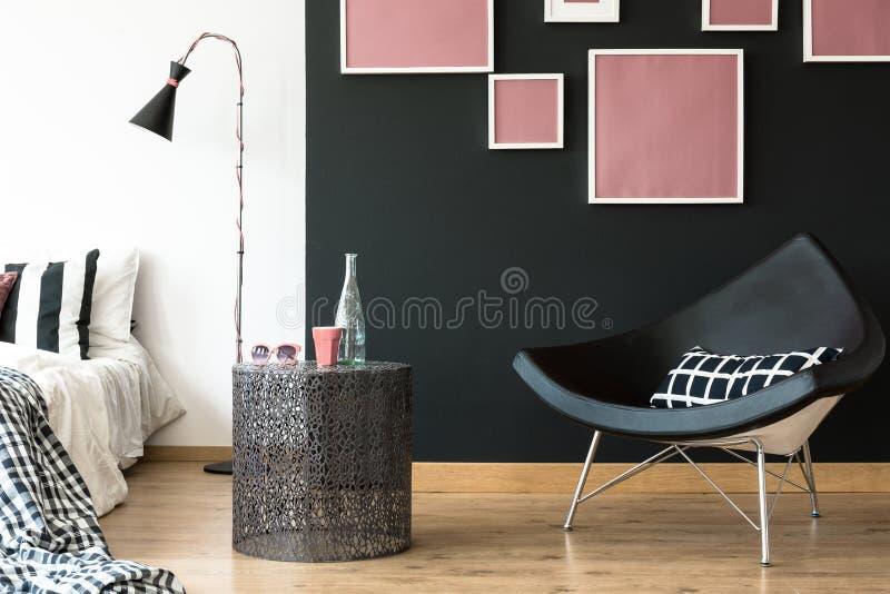Zwarte driehoek gevormde stoel stock afbeelding