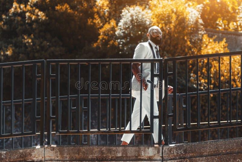 Zwarte elegante mens die de brug overgaan royalty-vrije stock afbeelding
