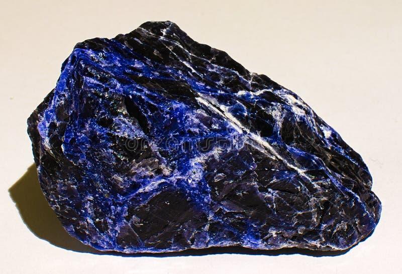 Zwarte en blauwe sodalite minerale steen royalty-vrije stock afbeeldingen