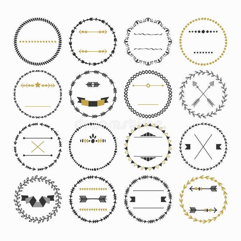 Zwarte en gouden hand getrokken lege die cirkelemblemen op witte achtergrond worden geplaatst vector illustratie