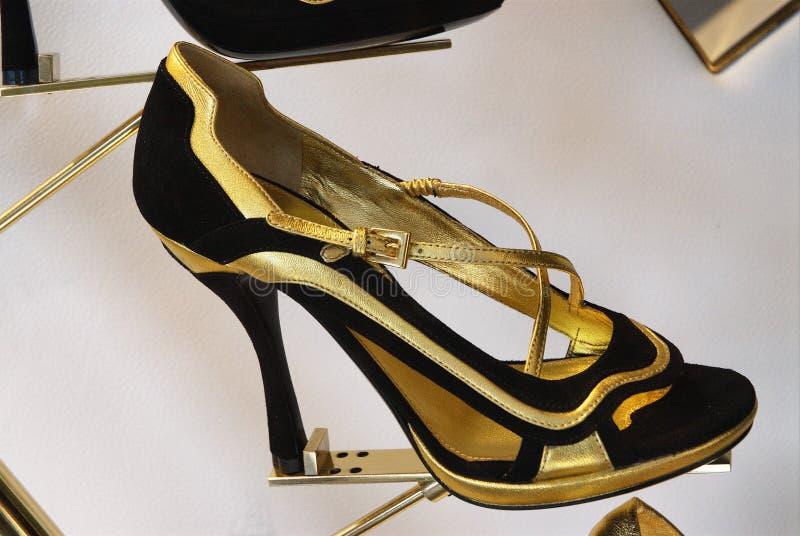 Zwarte en gouden vrouwelijke schoen stock fotografie