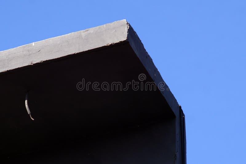 Zwarte en grijze de bouwhoek op een blauwe hemelachtergrond royalty-vrije stock afbeelding