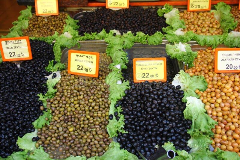 zwarte en groene olijven in de markt stock fotografie