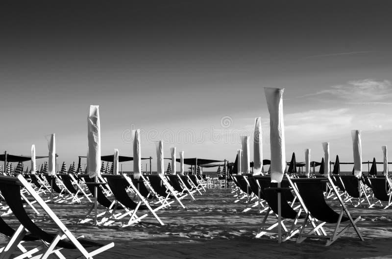 Zwarte en met landschap van een georganiseerd strand stock fotografie