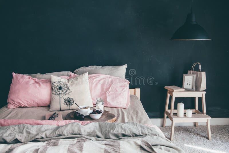 Zwarte en roze slaapkamer in zolderstijl stock afbeelding