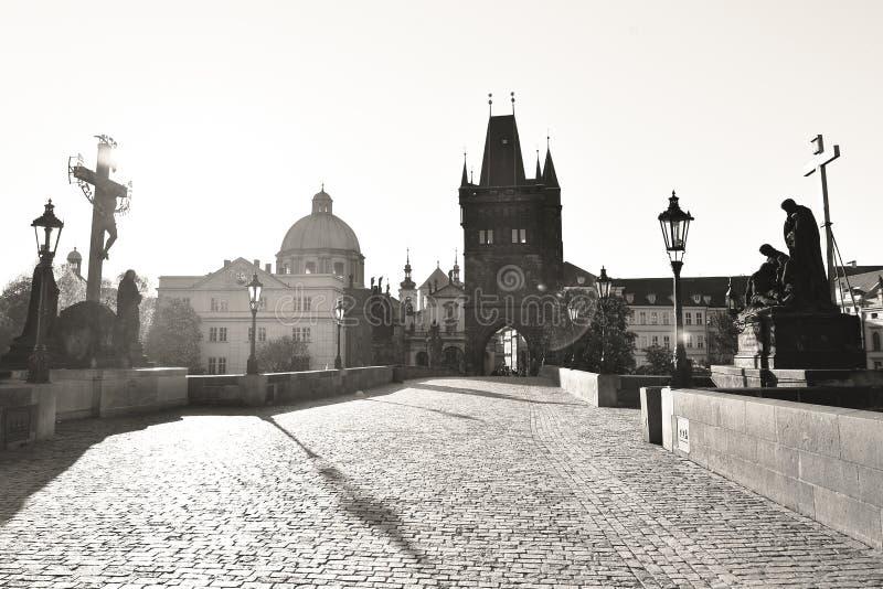Zwarte en witte foto van Charles Bridge 's morgens, Praag, Tsjechië stock foto