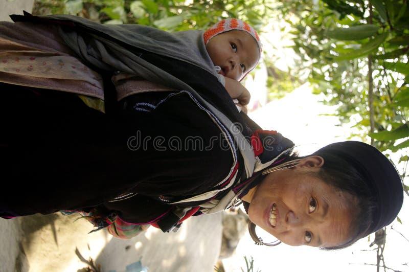 Zwarte etnische vrouw Hmong en baby stock foto's