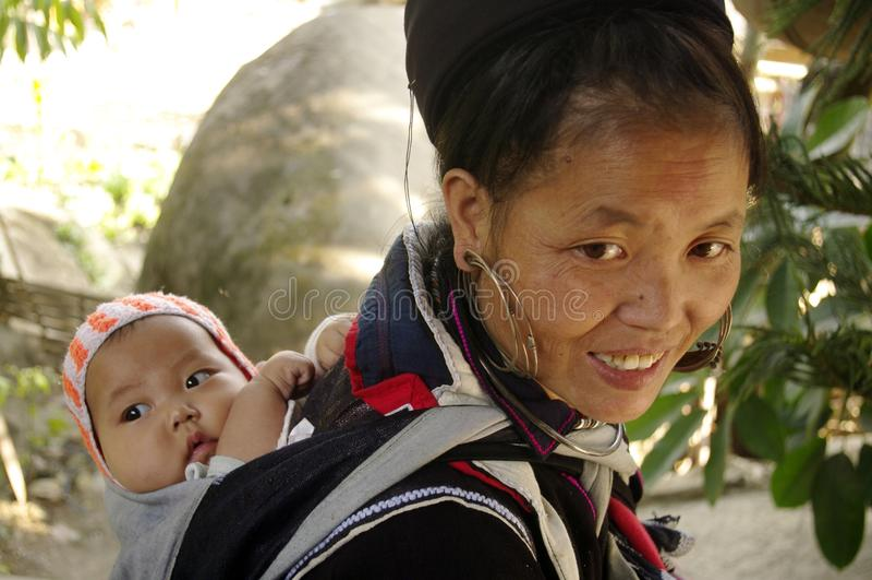 Zwarte etnische vrouw Hmong en baby stock afbeelding