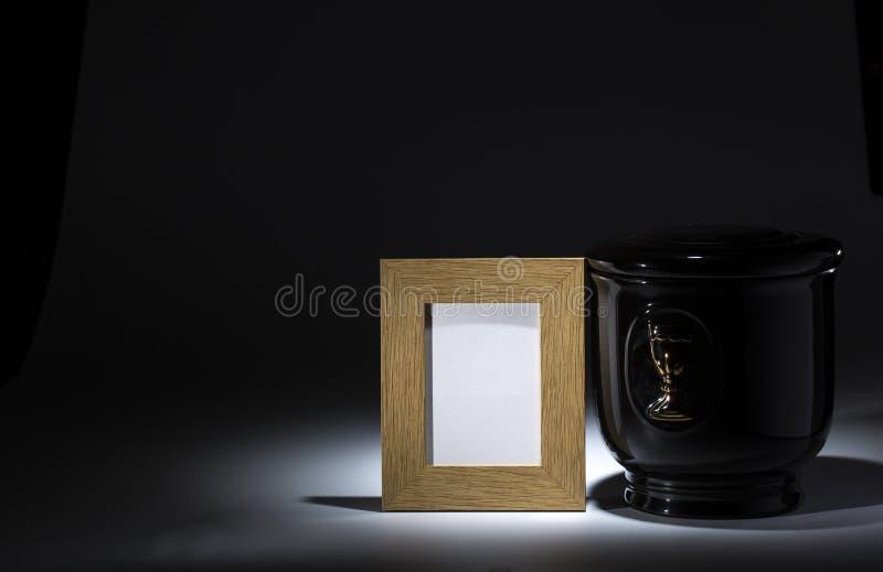 Zwarte evangelische urn met leeg het rouwen kader, royalty-vrije stock foto