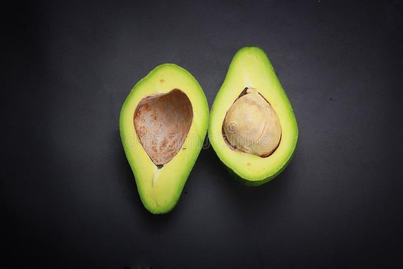 Zwarte geïsoleerde avocado als achtergrond stock foto's