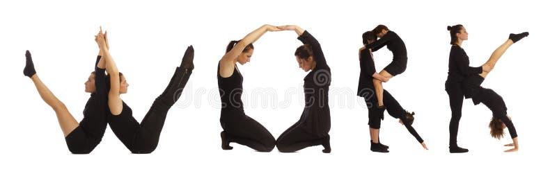 Zwarte geklede mensen die het WERKwoord over wit vormen stock afbeeldingen
