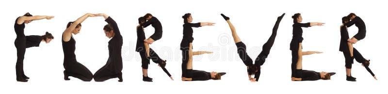 Zwarte geklede mensen die woord VOOR ALTIJD vormen stock fotografie