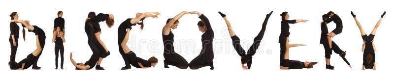 Zwarte geklede mensen die woordontdekking vormen stock foto