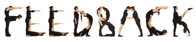 Zwarte geklede mensen die woordterugkoppeling vormen stock foto