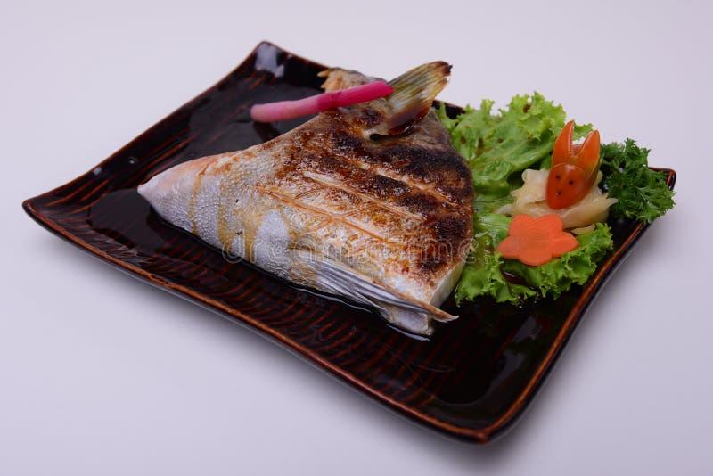 Zwarte Geroosterde Kabeljauw, Yellowtail Geroosterde Kraag, Buri Kama, Traditioneel Japans die voedsel op witte achtergrond wordt stock foto