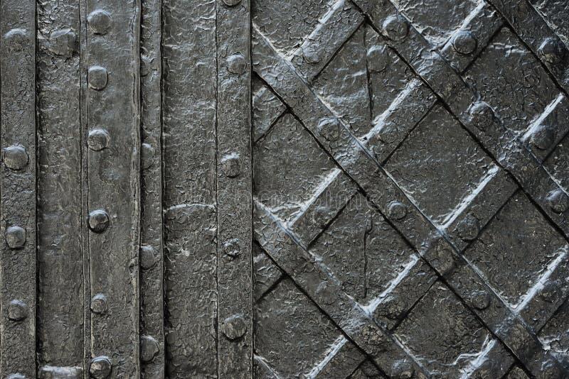 Zwarte gesmede ijzerdeur voor textuur of achtergrond, oude architectuur van de achtergrond van de kasteelpoort royalty-vrije stock afbeelding