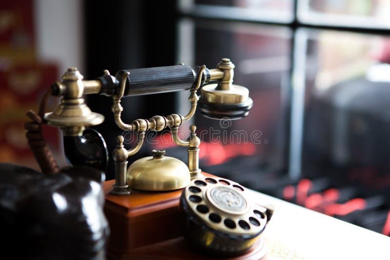 Zwarte gouden antieke uitstekende telefoon, samenvatting van mededeling stock foto's