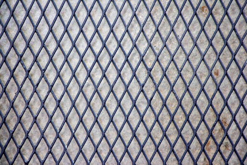 Zwarte Grating van het chroomstaal structuur met cementmuur royalty-vrije stock foto