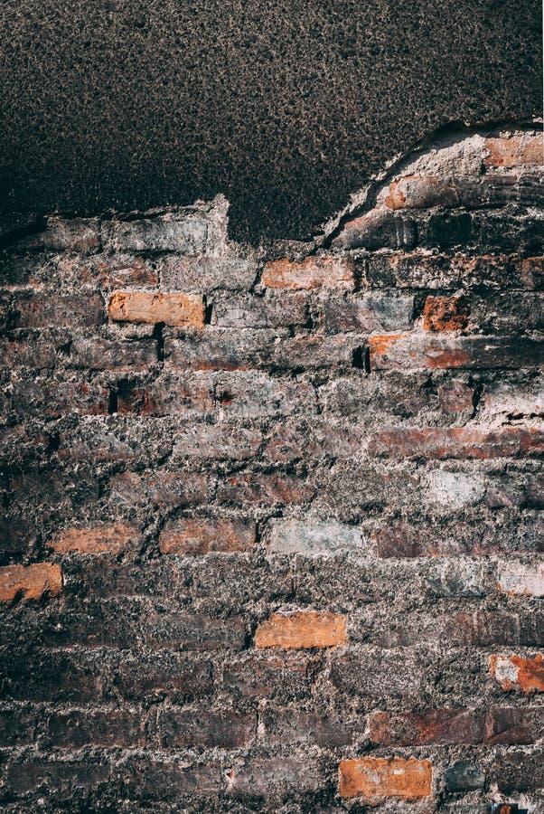 Zwarte grunge gebrande bakstenen muur stock foto's