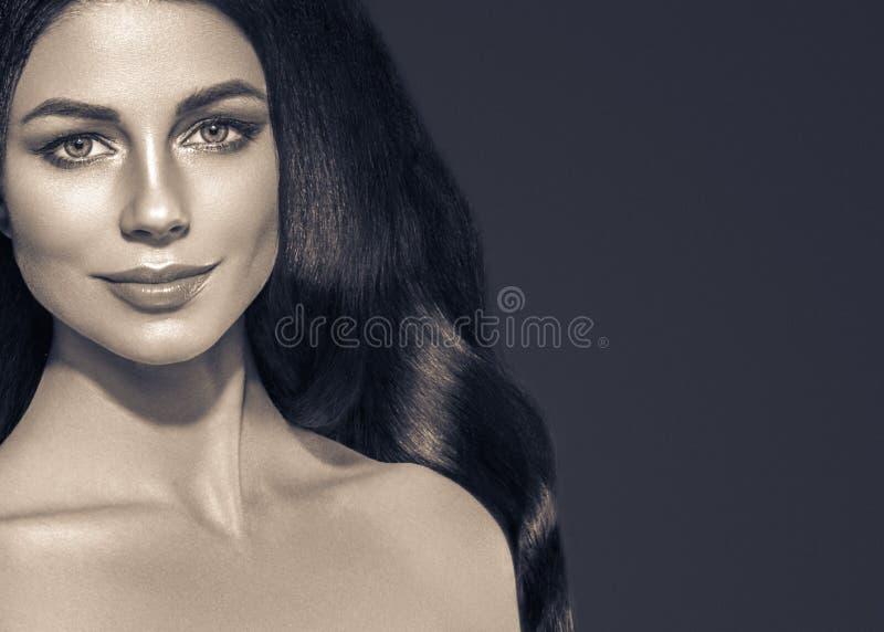 Zwarte haarvrouw Het mooie donkerbruine portret van de kapselmanier royalty-vrije stock fotografie