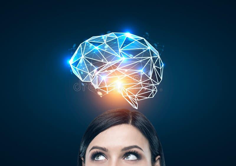Zwarte haired vrouw en een blauw hersenenhologram royalty-vrije stock afbeeldingen