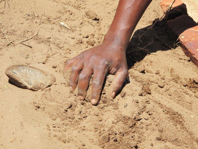 Zwarte hand op zandige grond royalty-vrije stock foto