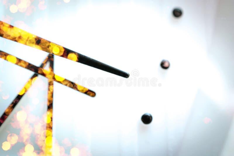 Zwarte Handen op Witte Wijzerplaat De gouden Bezinningen van Vieringslichten Vakantie, Festiviteit, het Concept van de Partijtijd royalty-vrije stock afbeeldingen
